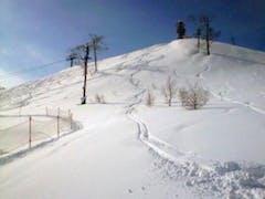 シーズン32日目。 土曜日恒例ルスツ。 気温マイナス14℃。 寒すぎて、板の滑りが悪い (>_<)  ウエストゴンドラ横に、膝下くらいのパウダーがあったので、一本滑ってみる。 シュプールは悪くないんじゃないかな。