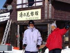 スキー愛好者仲間と。必ず競争になります。しかし、2,3本滑ると年齢的に脚にきてしまい、みんなでゴロゴロ転んでました・・・。