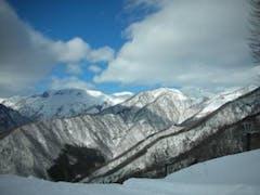 オープンの今日、リフト終点付近から、谷川岳がきれいに見えました。上から下まで新雪は十分あり、皆さんもくもくと滑っていました。