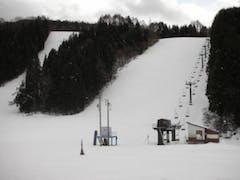 新雪にスプールが1本ありました。他に滑った跡はなさそうです。  ハウスにはスキー場の人がいたが、お客はいない、リフト動かしてない状況でした。  ご参考まで、12/22の様子見でした。