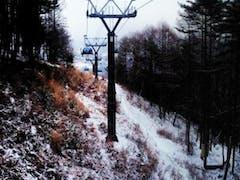 やはりゴンドラで上に行くと雪質よい。 曇りで天気はいまいちだったが。 リフト待ちは5分程度。良好。