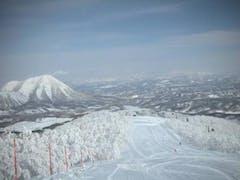 9日は雪、10日は晴/曇。両日とも-12℃くらい。 さすがの雪質のうえ、さほど混雑もなく快適だった。