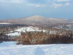 北海道での初滑り!と思いきや、ここしか滑れるエリアが広くなかった。。。。  しかも大量のスキー合宿生徒で思い切りまでいかなかったが、やはり雪質は良かった。