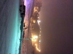 2013.12.22 (SUN) ダイナランド 天候は雪&曇 気温はベースで-2,3℃くらいか?  朝4時前の156号線は高鷲IC付近はかなり冷え込んでいる。 積雪はあまりなく凍結している状態。 道中の路肩には数台の停車車両。 スタッドレス2駆での登坂を諦め、タイヤチェーン装着をしている様子。 で、オレは...ドキドキしながらそのままGo~ 低速ギアでジックリ~、ハンドル操作は滑らかに~、ペダル操作時はハンドル固定~ 細心の注意を払って無事に到着~( ´ ▽ ` )v  アサダイナ5時滑走でテンションを上げながら先ずはカービング修行。 全然しっくりこないまま第1クール終了~  βライナー稼働に合わせて第2クールスタート! ここの狙いは....当然パウダー! 予想通り吹き溜まりはパウダー天国です!!底突きがあるためなかなか手強いものの 柳のようにしなやかに?見えないコブをいなしつつパウダーを堪能。 おぉオレっていい感じやん?とジコマンの世界に陶酔しつつ第2クール終了~  しばしの休憩の後、第3クールも再びパウダー天国へ。 流石に膝、太もも、腰が悲鳴を上げ始めます。 ここでスッと休憩に入ってしまうのが近年の傾向... 無理すっと怪我するからねぇ~ハイ早めのお昼ご飯&お昼寝  で、第4クールは再びカービング修行へ。 このままやとイカン!ちょっとでもきれいに滑る練習をせな! というわけで、ここからの2時間は、ひたすらγライナーでカービング修行。  気をつけたのは、 •腰の位置 •後ろ足の圧の掛け方 •ターン前半でエッジを噛ませること で、気がついたことは、 •ターン中盤~後半に意図的に曲がろうという意識が強く出るため、ズレが大きいこと  多分、板の性能をちゃんと理解できてないんダナ (ごめんよ、FTC...) で、ビビリなんだなオレ...  来週もダイナランドで修行しよう!