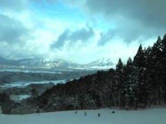 道中全然雪がなく不安だったのだが、スキー場は小さいながらもまずまずのコンディション ただ、リフトが遅い!!繁忙期じゃないからなのか、吹きっさらしのリフトが低速だと体力がそれだけで奪われる…