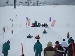 子供二人と一泊二日で白馬入り!下の子の練習に最適なバーンのある栂池高原スキー場にしました。休日だろうとさすがは鐘の鳴る丘、十分に練習するスペースありました!リフトも高速で快適。気温も春並みに暖かく、雪はシャバシャバしていたので転んでも痛くなかった様子。お昼をゲレンデサイドのレストラン『グリル栂池』で食べたオムライスは美味しかったです。夕方までみっちり練習し、翌日に備え早めに就寝するも二日目は雨でした。でもキッズイベントがあって抽選会や餅つき、ミニ縁日、ソリレース等楽しめました!また連れて行ってあげたいゲレンデです。