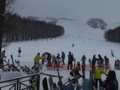秋田からの雪友さんを迎撃出動。 秋田へ越す前は相模原からホームとして毎週通っていた方なので勝手知ったる我が家といったところ。 天候回復を期待したが、霧がなかなか上がらず、午後は吹雪になったよう。  http://www.yamareco.com/modules/yamareco/detail-567028.html