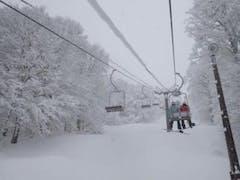 今シーズン初滑りなのに大雪のお陰で場所によっては軽い膝パウでした。リフト待ちもほぼないので磐梯地域のスキー場では穴場的存在だと思います。いつも満足させてもらってます。帰りは星野リゾートの裏磐梯ホテルの日帰り温泉が安くて広くておすすめです。