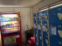 ピクニック園地の休憩所にはコインロッカーと、自販機があります。