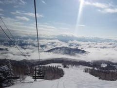 ご冥福を祈り、おんたけ2240に行きました。朝一はいい感じのバーンでしたが急に気温が上がり中・山麓はシャバシャバになったので昼上がりで帰りました。