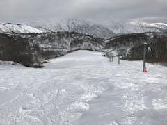 曇り☁️ 平日なので山頂ゲレンデはレッスン1組、他ボーダー数人、スキーヤー数人。 ロングターン10本ほどでポジションの確認…というか、先シーズンからの課題確認(涙)しかし、広々とターンを刻めて気持ちよかった。…練習は次回からにした…