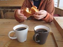 ありがたい新雪雪で体力消耗、しばしカフェ47で休憩、相変わらず絶品クリームパンと美味しいコーヒー、癒される。