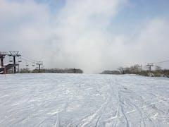 前日に雨が降るという不運な状況でしたが、何とか滑走できました。ガスがひどかったのですが、一瞬の晴れ間を逃さずに気持ちよく滑れました。翌日から大雪でコンディションが相当良くなかったことを帰ってから知りました。今シーズン中にリベンジしたいな。