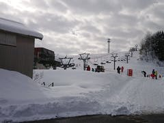 お安く、ファミリーにいいスキー場 だと思う。  ゲレンデはあまりメリハリは 無いが練習にはいいのかな。