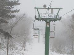 下界雨。上は雪だろう。うん。雪だった。でも視界は悪いし、うーん。3cmくらいは積もっているのかなぁ。リフト一緒に乗った方と雪談義。  今日はSさん(手稲主)こないですね。 0cmってかいてあったけど、3cmくらいはありますよねー 空いててやばい どこも雪苦戦。明日からの雪マークに期待したいが、彼は西風がきになるとのこと  この西風・・・云々。 札幌界隈の人なら、すぐわかる。  まず、札幌は 低気圧はいいとして、普通の風で雪が降るのは、北西なんです。 西風だと、ルスツ 北西だと羊蹄山がブロック。  ニセコは、西風でも降ります。(北西でも降ります)  ということで、西風は・・・手稲心配です。 もうちょっと北西で頑張れ。  で、最初雪だったら手稲は、10時30分には雨になりました。頂上1000mあるのに・・・雨です。さすがに、雪が・・・ストップ雪になり。苦しくなってきました。  今日はとにかく雪が悪かったのでポジションを意識しましたが悪雪ではなかなか難しいです。はい。  午後から仕事いきましたよー