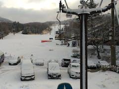 今シーズンは,本当に雪が少ない。 12月にも滑れた日もあったとのことですが,その後溶けたなどと聞いて,例年にくらべ1ヶ月遅れでの初滑りとなりました。 滑れるコースが少ないせいなのか,ジュピア下の第2駐車場の料金はタダ! リフトの運行は8:30から,ジュピア前の温泉ペアリフトに乗り1本目。 持ってきた板は,3年落ちのアトミックレッドスターFX,156cm。 下から見たときには気付かなかった,バーンのうねりみたいなコブがあるものの,滑れるだけOKとしましょう。 ここでシングル側のゲレンデと合わせて9本滑って,スカイケーブルでダイヤモンドバレーへ。 綺麗なグルーミングピステ,雪も良い感じ。ただ,2本あるリフトの1本が先シーズンに引き続き休業中のため,時間とともに待ち時間が発生。 4本滑って,見返りリフト経由で中央ゲレンデへ,ロープウエイで上がってくる人が多く,ここにもリフト待ちが発生。 ここで4本滑ったあたりで,太ももにちょっと疲れが・・。 ドッコ沼経由で再びダイヤモンドバレーへ。リフトはすごい人!久しぶりに待ちました。 中央エリアはさっさとあきらめて,高鳥コースが滑走注意とのことでスカイケーブルで上ノ台へ。 それなりに重さを感じる雪だけど,リフト待ちがなくて,快適! 太ももがツルような感じになってきたので,わずか3本で終了。 滑った本数はちょうど20。初滑りなので,ま,こんな感じでしょう。