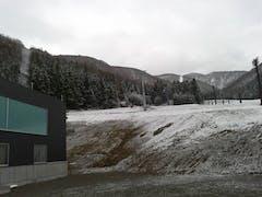シーズン2回目。山麓に雪化粧。早々にやまびこへ。試乗会のせいか混んでる。ゲレンデは朝方固め、昼過ぎにはブレーキ雪。それでも2時までたっぷり楽しませて頂きました。GWまで、あと何回来るかな?